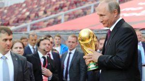 Владимир Путин погали купата за късмет.